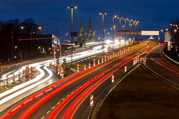 Entscheidung über rechtliche Schritte bei Führerscheinentzug - Autobahn in Köln